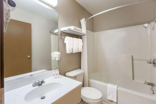 Super 8 by Wyndham Jonesboro - Jonesboro - Bathroom