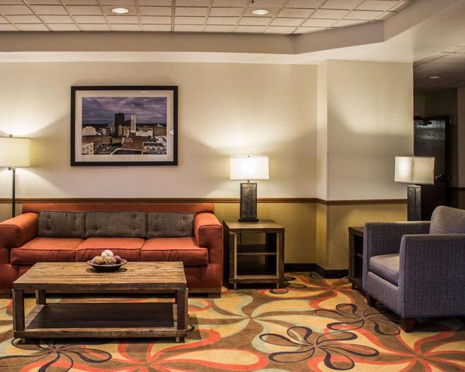 Econo Lodge Akron - Akron - Living room