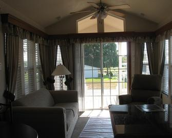 Clerbrook Golf & Rv Resort - Caravan Park - Clermont - Living room