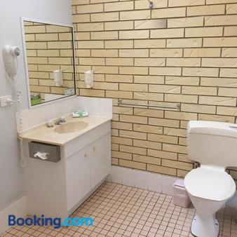 Beachside Motor Inn - Hervey Bay - Bathroom