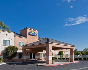 Days Inn by Wyndham Lathrop - Lathrop - Building