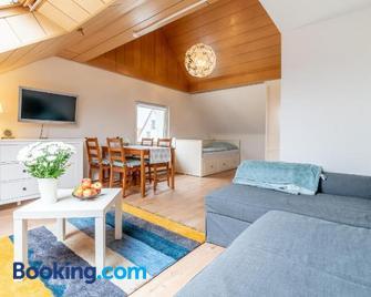 6843 Privatzimmer mit eigenem Bad - Pattensen - Living room