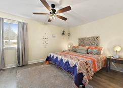 2 Pools! Have The Best Vacation! A Stylish Beach Retreat - Biloxi - Bedroom