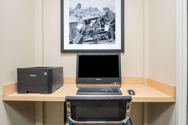 Hawthorn Suites by Wyndham Bridgeport/Clarksburg - Bridgeport - Business center