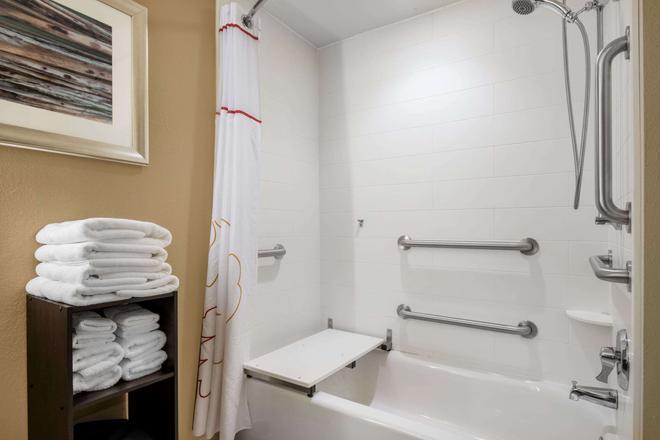 Hawthorn Suites by Wyndham Bridgeport/Clarksburg - Bridgeport - Bathroom