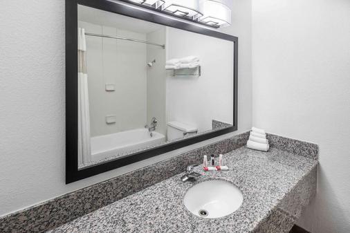 Howard Johnson by Wyndham Beaufort/Parris Island - Beaufort - Bathroom
