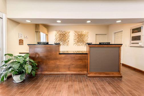 Quality Inn & Suites University - Fort Collins - Front desk