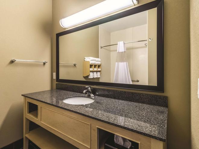 La Quinta Inn & Suites by Wyndham Fargo-Medical Center - Fargo - Phòng tắm