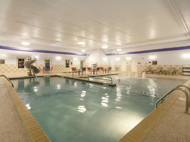 La Quinta Inn & Suites by Wyndham Fargo-Medical Center - Fargo - Pool
