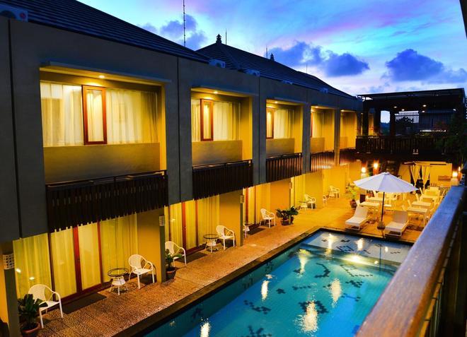德瓦塔套房和公寓酒店 - 雷根 - 庫塔 - 游泳池