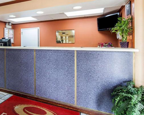 Econo Lodge - Cleveland - Front desk