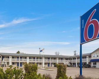 Motel 6 Camrose Ab - Camrose - Building