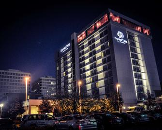 DoubleTree by Hilton Chicago - North Shore Conference Center - Skokie - Building
