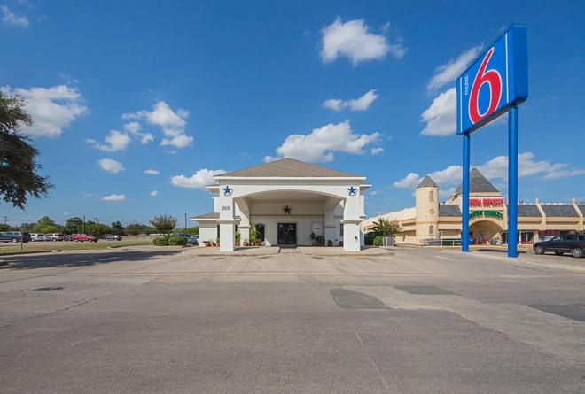 Motel 6 Dallas-Dfw Airport South - Irving - Building