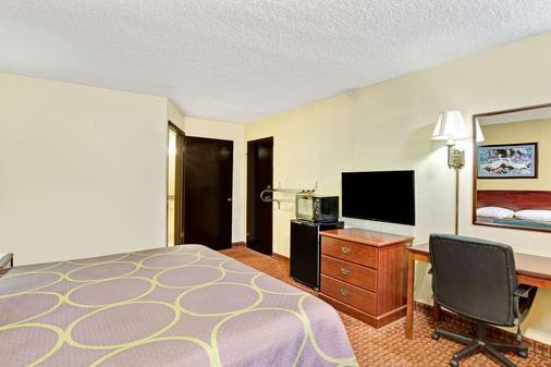 Super 8 by Wyndham Shawnee - Shawnee - Bedroom