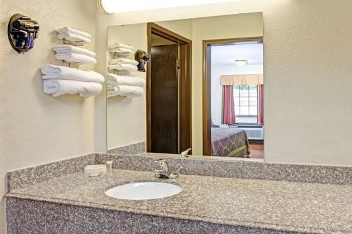 Super 8 by Wyndham Shawnee - Shawnee - Bathroom