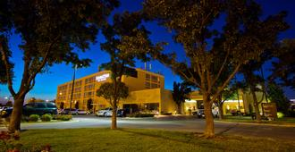 DoubleTree by Hilton Wichita Airport - וויצי'טה
