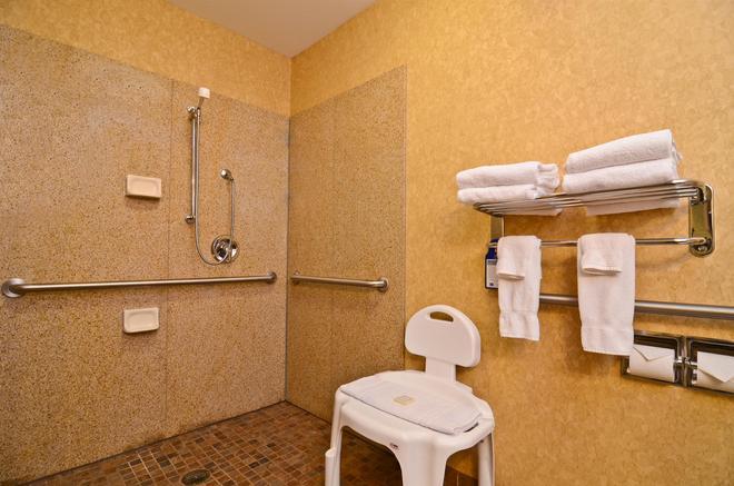 Best Western Plus Kelly Inn & Suites - Fargo - Bathroom