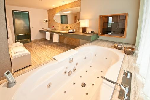 Dorint Hotel am Heumarkt Köln - Cologne - Bathroom