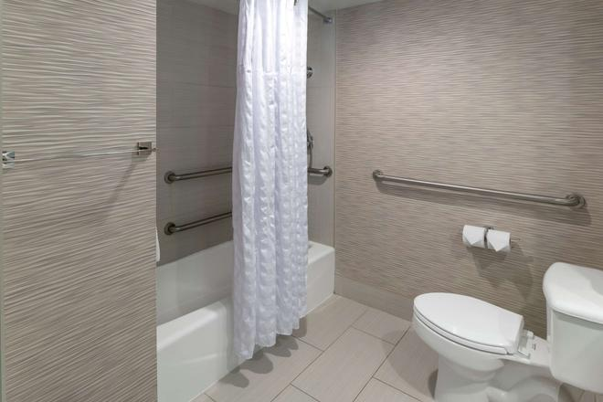 DoubleTree by Hilton Hotel Jacksonville Airport - Jacksonville - Bathroom