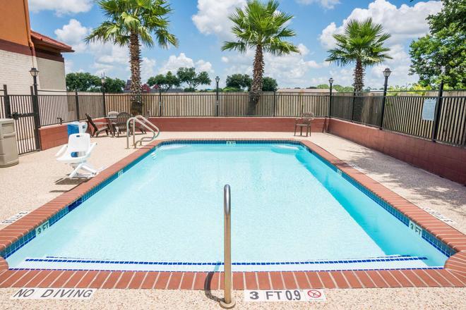 Super 8 by Wyndham Brookshire TX - Brookshire - Pool