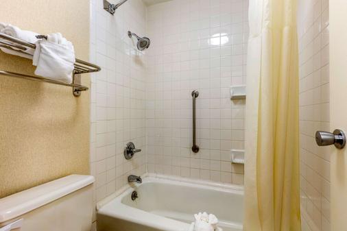Quality Inn Exit 4 - Clarksville - Bathroom