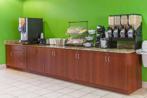 Microtel Inn & Suites by Wyndham Rogers - Rogers - Buffet