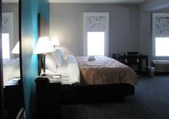 Quality Inn and Suites - Edgefield - Bedroom