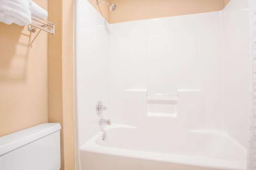 Hawthorn Suites by Wyndham Conyers - Conyers - Bathroom