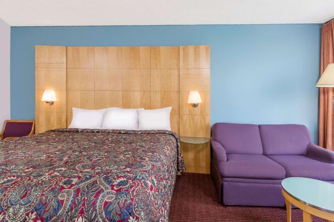 Days Inn by Wyndham Greensboro Airport - Greensboro - Bedroom