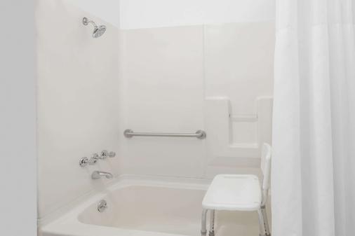 Days Inn by Wyndham Greensboro Airport - Greensboro - Bathroom