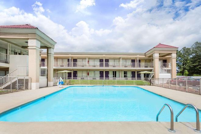Days Inn by Wyndham Greensboro Airport - Greensboro - Pool