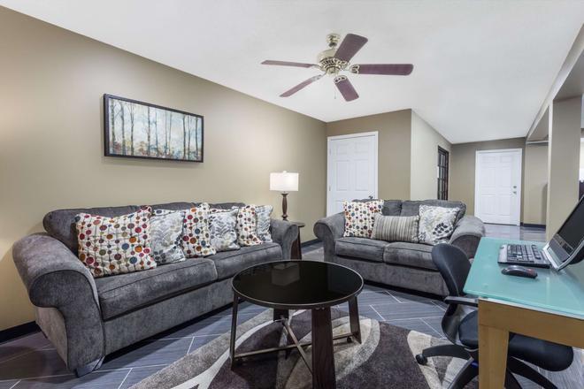 Days Inn by Wyndham Greensboro Airport - Greensboro - Living room