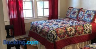 Sunset Inn And Suites - Fredericksburg - Bedroom