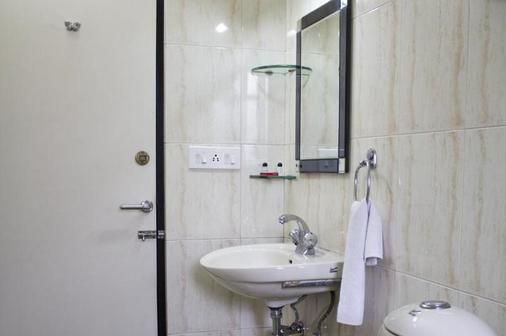 Hotel Arya International - Kolkata - Bathroom
