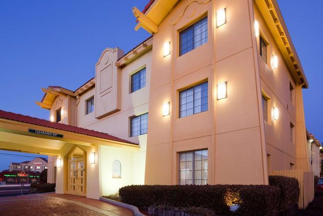 La Quinta Inn by Wyndham Albuquerque Airport - Albuquerque - Rakennus