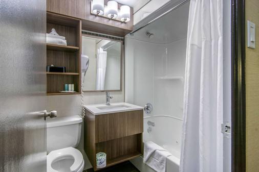 Clarion Hotel - Sudbury - Bathroom