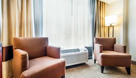 Comfort Inn By the Bay - San Francisco - Living room