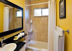Monterey Peninsula Inn - Pacific Grove - Bathroom