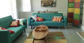 Boho by the Water 1750sqft - Fishing & sleeps 10 - Charlotte - Living room
