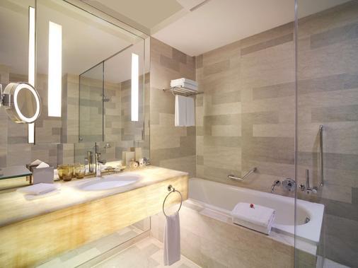 Traders Hotel Kuala Lumpur - Kuala Lumpur - Bathroom