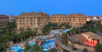 Royal Dragon Hotel - Side - Außenansicht