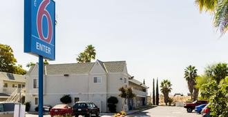 Motel 6 Bakersfield East - Μπέικερσφιλντ - Κτίριο