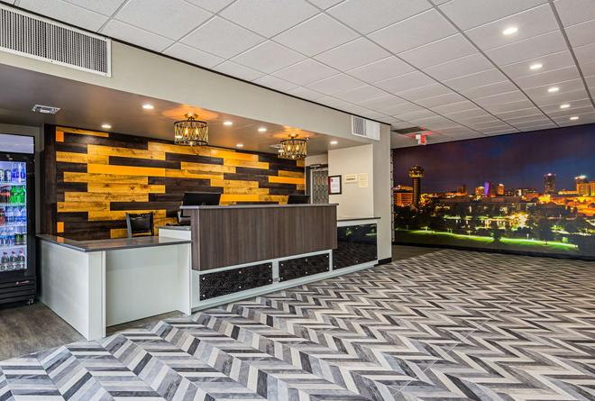 Clarion Inn and Suites near Downtown - Knoxville - Lobby