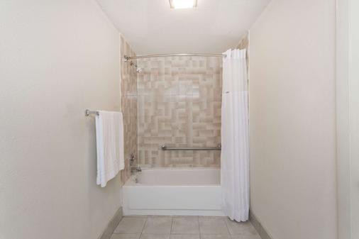 Days Inn by Wyndham Winston Salem North - Winston-Salem - Phòng tắm