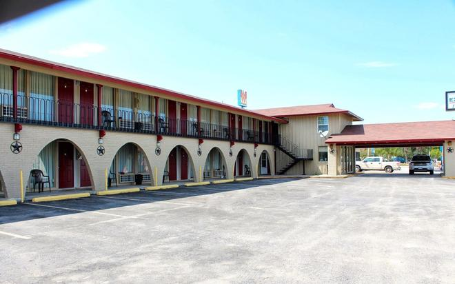 Executive Inn and Suites - Goliad - Building