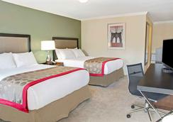 Ramada by Wyndham Houston Intercontinental Airport East - Humble - Bedroom