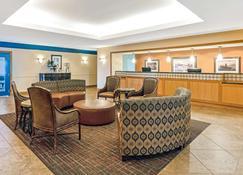 La Quinta Inn & Suites by Wyndham Shawnee - Shawnee - Sala de estar