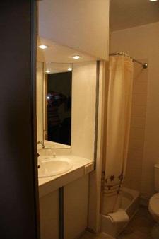 Brit Hotel Cherbourg Octeville - Cherbourg-Octeville - Bathroom