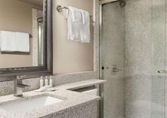 Travelodge by Wyndham Prince George - Prince George - Bathroom